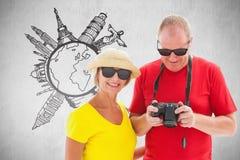 Составное изображение солнечных очков счастливых зрелых пар нося Стоковые Изображения