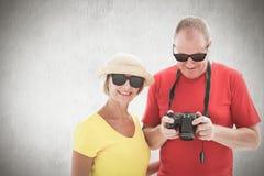 Составное изображение солнечных очков счастливых зрелых пар нося Стоковое Изображение