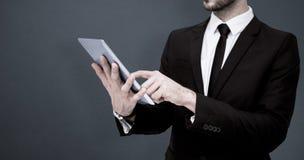 Составное изображение среднего раздела бизнесмена используя цифровой ПК таблетки Стоковая Фотография RF