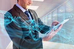 Составное изображение среднего раздела бизнесмена используя цифровую таблетку Стоковые Фотографии RF