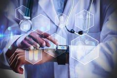 Составное изображение среднего раздела женского доктора используя умный вахту Стоковые Изображения RF