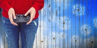 Составное изображение среднего раздела женщины битника играя видеоигры Стоковое Изображение