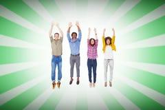 Составное изображение 4 стильных друзей усмехаясь на камере и скакать Стоковые Фотографии RF