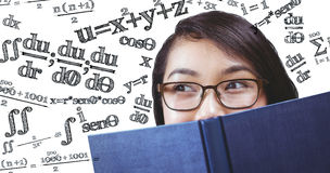 Составное изображение стороны милого студента пряча за книгой Стоковое Изображение