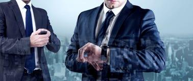 Составное изображение сфокусированного бизнесмена отправляя СМС на его мобильном телефоне Стоковые Изображения RF