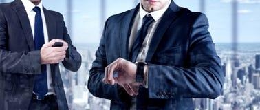 Составное изображение сфокусированного бизнесмена отправляя СМС на его мобильном телефоне Стоковое Фото