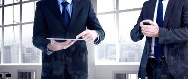 Составное изображение сфокусированного бизнесмена отправляя СМС на его мобильном телефоне Стоковая Фотография