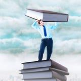 Составное изображение сфокусированного бизнесмена поднимаясь вверх по что-то тяжелому Стоковое Изображение RF