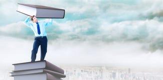 Составное изображение сфокусированного бизнесмена поднимаясь вверх по что-то тяжелому Стоковые Фото