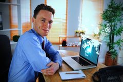 Составное изображение счастливого бизнесмена работая с компьтер-книжкой Стоковое Изображение RF