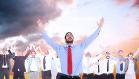 Составное изображение счастливого веселя бизнесмена поднимая его оружия стоковые изображения