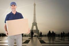 Составное изображение счастливого работника доставляющего покупки на дом держа картонную коробку Стоковая Фотография