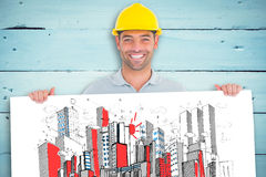 Составное изображение счастливого разнорабочего проводя плакат на белой предпосылке Стоковые Изображения
