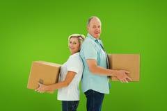 Составное изображение счастливых более старых пар держа moving коробки Стоковая Фотография RF