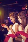 Составное изображение счастливых молодых женщин имея красный коктеиль Стоковое Фото