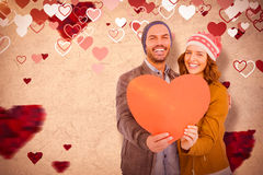 Составное изображение счастливых молодых пар держа сердце формирует бумагу Стоковое фото RF