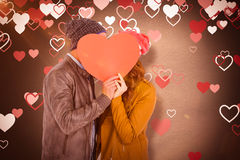 Составное изображение счастливых молодых пар держа сердце формирует бумагу Стоковая Фотография RF