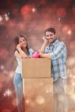 Составное изображение счастливых молодых пар с moving коробками и копилкой Стоковая Фотография