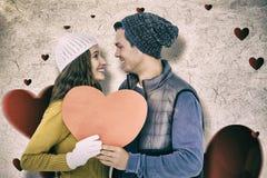 Составное изображение счастливых пар держа бумажное сердце Стоковая Фотография