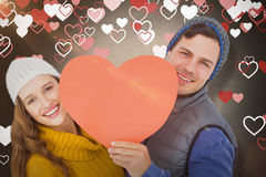 Составное изображение счастливых пар держа сердце формирует бумагу Стоковые Фотографии RF