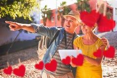 Составное изображение счастливых туристских пар используя ПК таблетки в городе Стоковые Фото