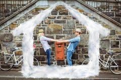 Составное изображение тазобедренных молодых танцев пар кирпичной стеной с их велосипедами Стоковая Фотография RF