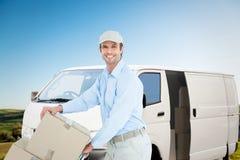 Составное изображение уверенно работника доставляющего покупки на дом нажимая вагонетку картонных коробок Стоковые Изображения