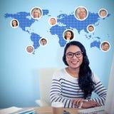 Составное изображение усмехаясь азиатской женщины сидя на столе представляя для камеры стоковое фото