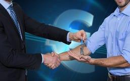 Составное изображение усмехаясь бизнесмена давая ключи и тряся руки Стоковое Изображение RF
