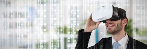 Составное изображение усмехаясь бизнесмена держа стекла vr стоковые изображения rf