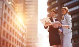 Составное изображение усмехаясь бизнес-леди используя цифровую таблетку Стоковое фото RF