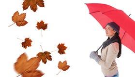 Составное изображение усмехаясь брюнет держа красный зонтик Стоковое Изображение RF