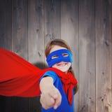 Составное изображение усмехаясь замаскированной девушки претендуя быть супергероем Стоковое Изображение RF