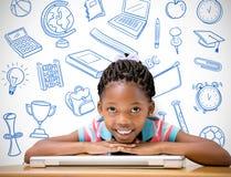 Составное изображение усмехаясь зрачка сидя на ее столе Стоковая Фотография