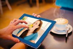 Составное изображение усмехаясь молодой женщины есть яблоко Стоковые Фото