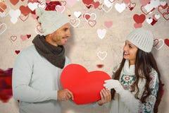 Составное изображение усмехаясь пар держа бумажное сердце Стоковое Изображение RF