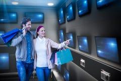 Составное изображение усмехаясь пар идя рука об руку и идя покупок окна Стоковые Изображения