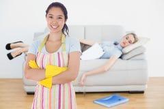 Составное изображение усмехаясь перчаток и рисбермы женщины нося резиновых Стоковое фото RF