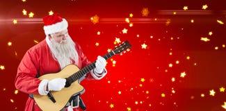 Составное изображение усмехаясь Санта Клауса играя гитару Стоковая Фотография RF