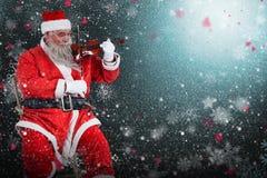 Составное изображение усмехаясь Санта Клауса играя скрипку на стуле Стоковая Фотография RF