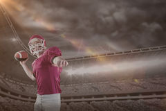 Составное изображение футбола американского футболиста бросая Стоковое Изображение
