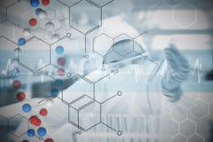 Составное изображение химика работая с опаской при жидкостный и футуристический интерфейс показывая формулу Стоковая Фотография RF