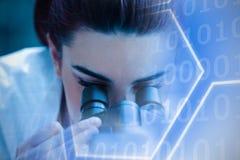 Составное изображение цифрового изображения формы шестиугольника с двоичными числами на экране бесплатная иллюстрация