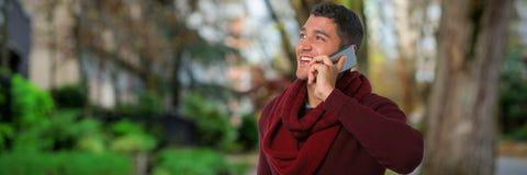 Составное изображение человека говоря на мобильном телефоне стоковое фото
