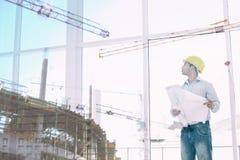 Составное изображение человека смотря место строительной конструкции Стоковая Фотография RF