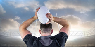 Составное изображение шарика грубого игрока рэгби бросая Стоковые Фотографии RF
