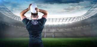Составное изображение шарика грубого игрока рэгби бросая Стоковое Изображение RF