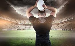 Составное изображение шарика грубого игрока рэгби бросая Стоковая Фотография