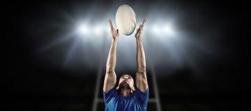 Составное изображение шарика игрока рэгби заразительного Стоковое фото RF