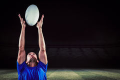 Составное изображение шарика игрока рэгби заразительного Стоковые Изображения RF